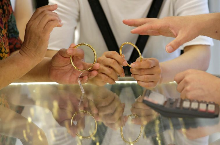 Dwindling gold demand pushes Chinese discounts to record high – Reuters India